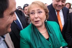 La presidenta Bachelet, junto al director regional de INIA Raihuén, Rodrigo Avilés.