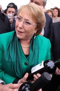 Una botella de Invicto, el primer vino desalcoholizado de Chile y desarrollado por INIA, recibió la presidenta Bachelet.