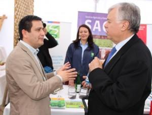 El ministro de Agricultura, Carlos Furche, junto al director regional de INIA Raihuén, Rodrigo Avilés en el Stand de INIA.