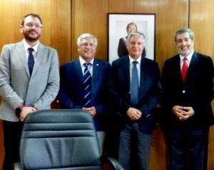 Desde la izquierda, el Director de RRII del IRTA, Eliecer López; el Encargado de RRII de INIA Chile, Emilio Ruz; el Ministro de Agricultura (s), Claudio Ternicier; y el Director Nacional de INIA Chile, Julio Kalazich.